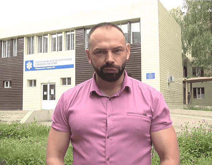 Николай Бакшеев на фоне ЦРБ