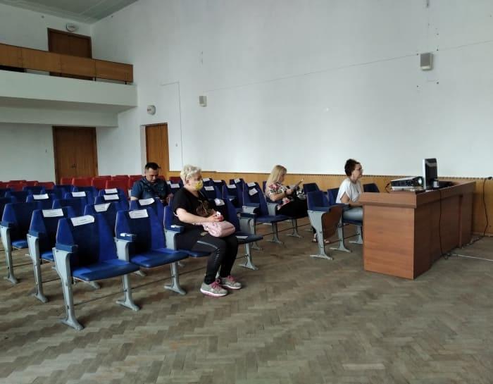 депутаты в пустом зале
